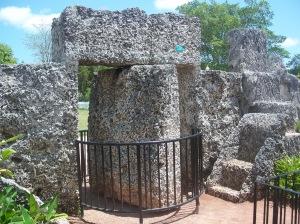 Puerta megalítica giratoria del parque, que se mueve con sólo apoyar un dedo